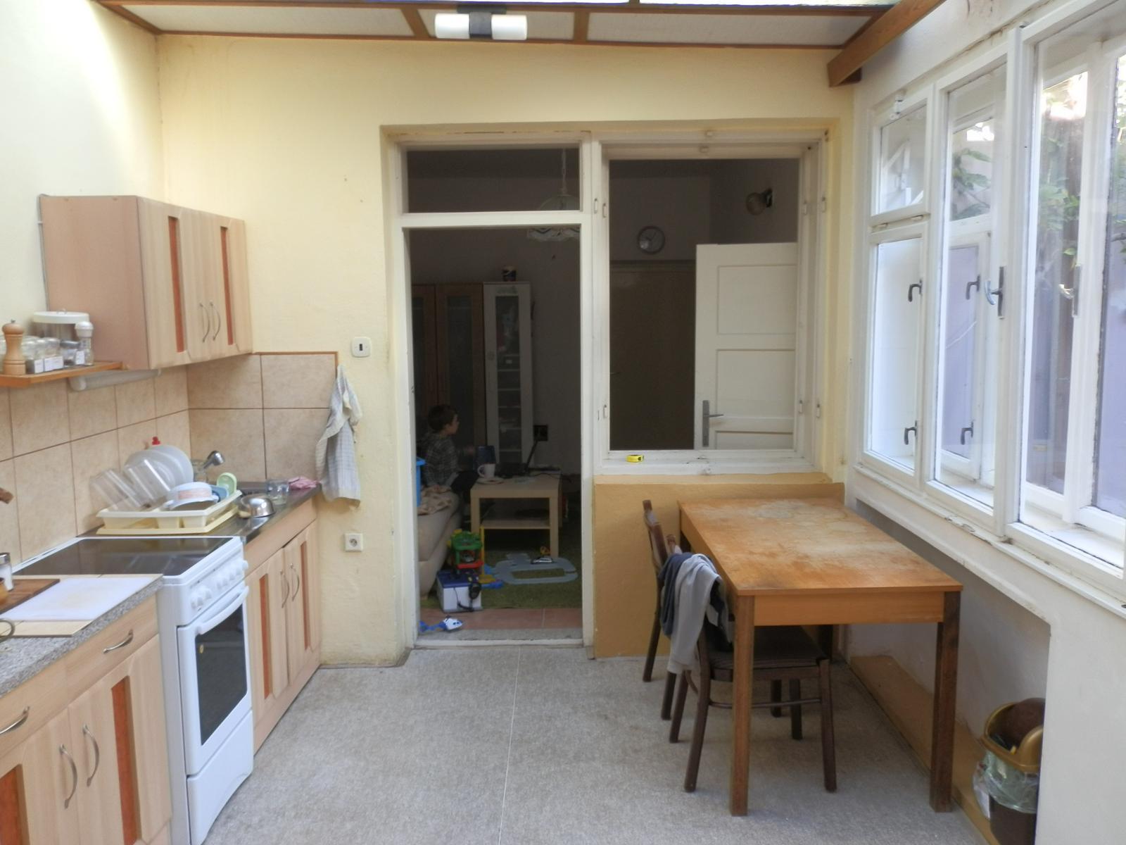 Náš byt v domě- rekonstrukce - dřívější ukončení domu, mezi kuchyní a obývákem...vybourat a udělat bar na kávovar:)