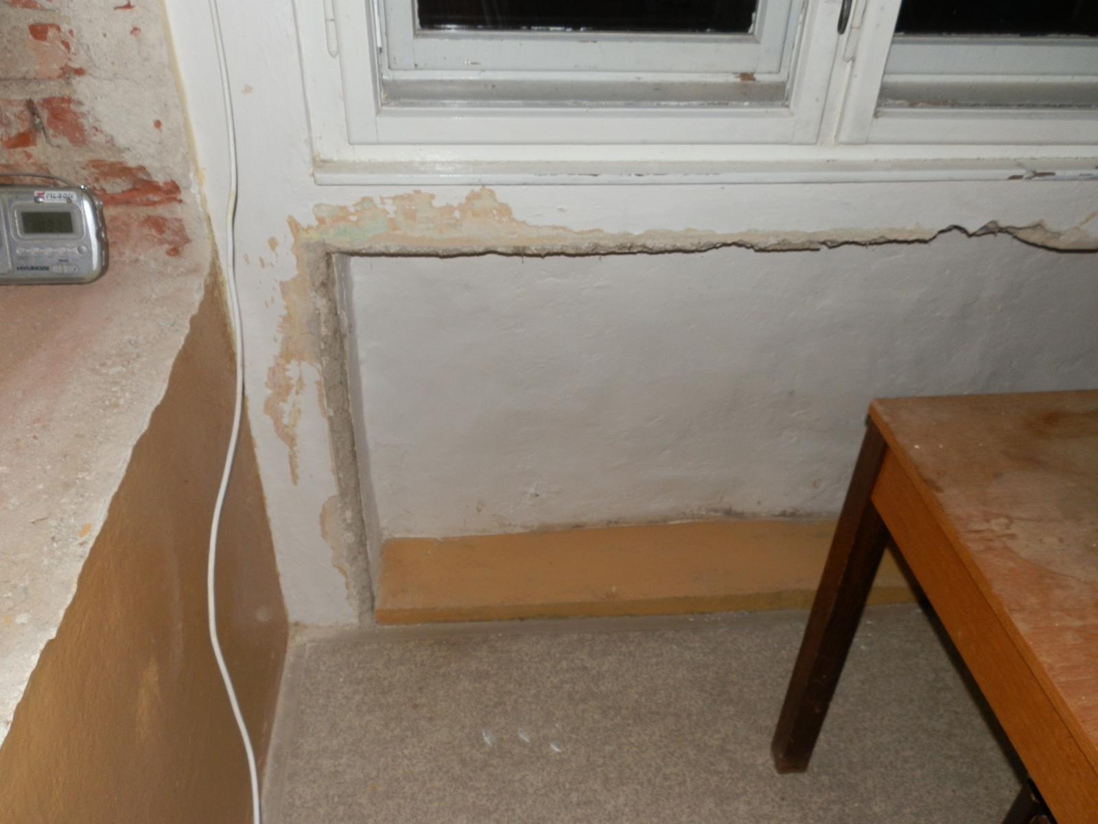 Náš byt v domě- rekonstrukce - výklenek od topení pod oknem