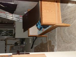 usnul chudák v kuchyni pod zádama ze skříně