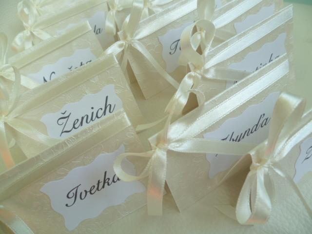 Dekorace na svatební den-zakázková tvorba - smetanové jmenovky na svatební stůl vzor květina
