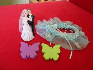 Podvazek,postavička na dort a motýlci slouží jako jmenovky pro hosty