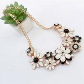 čierno-biely náhrdelník,