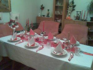 Stôl je pripravený - čaká na hostí :)