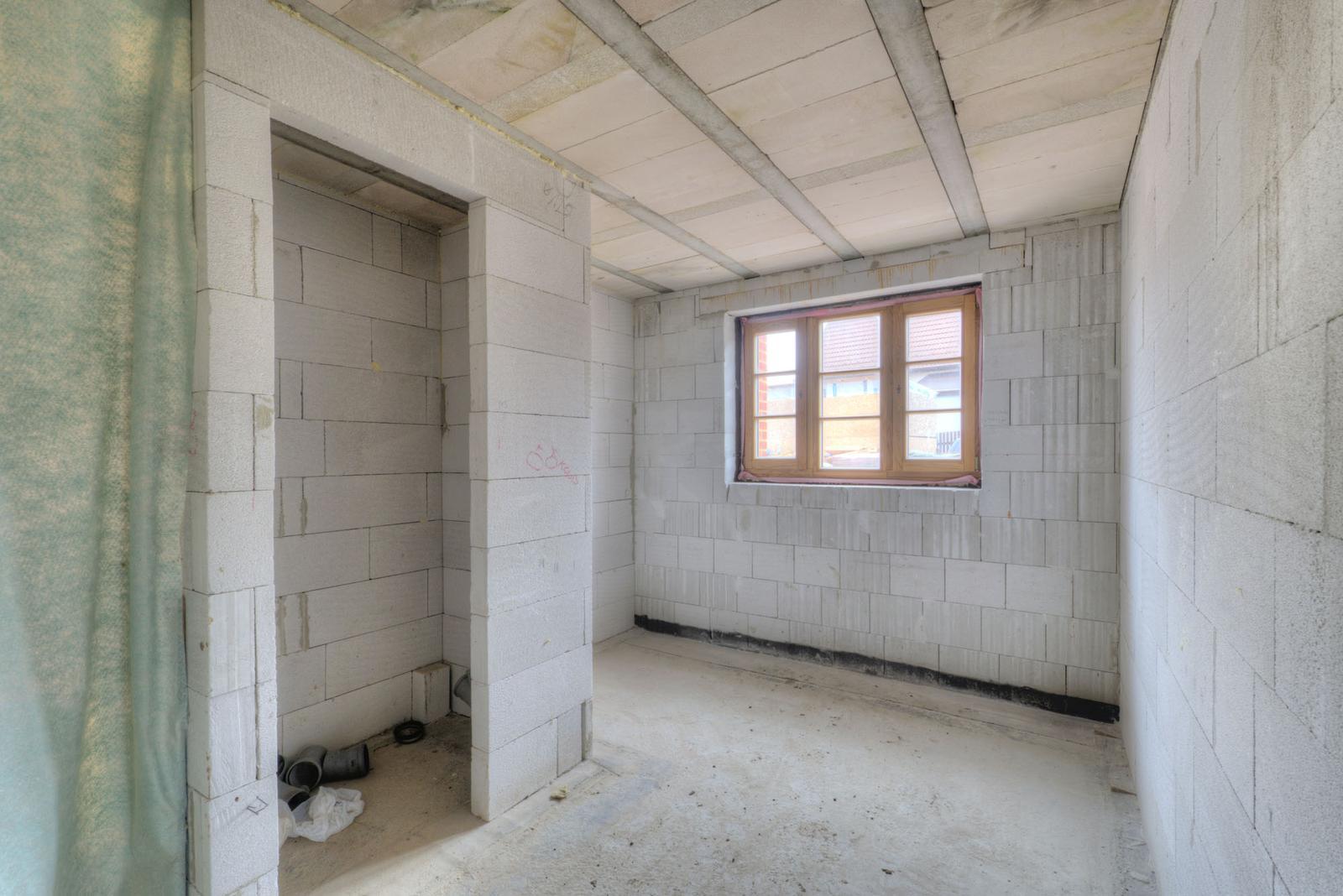 Zvonku tehla, vo vnútri Ytong - Členitý priestor obývacej izby.