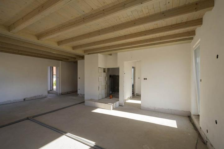 Atypický bungalov svojpomocne s rozpočtom do 37 000 eur - Drevené stropy sú výrazným prvkom interiéru