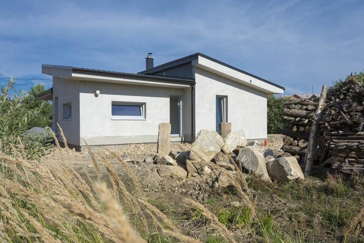 Atypický bungalov svojpomocne s rozpočtom do 37 000 eur - Stavba sa skladá zo štyroch blokov s pultovou strechou