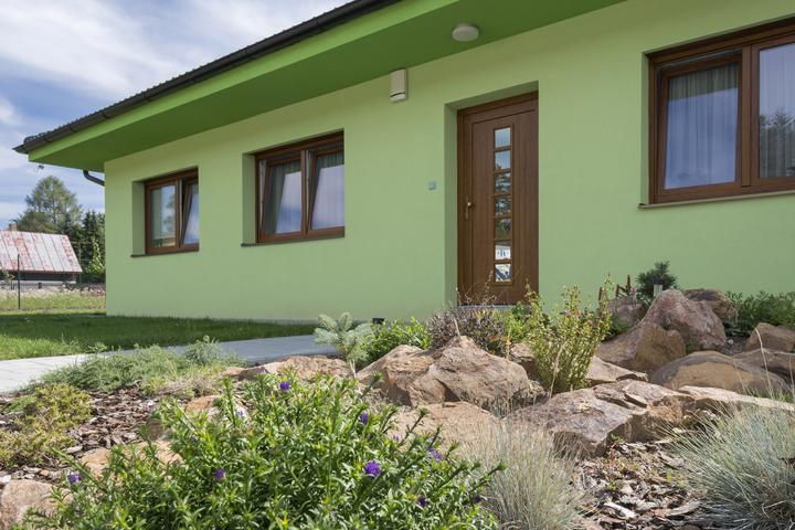 Dvojgeneračný bungalov svojpomocne za šesť mesiacov - Majiteľka sa mohla skoro začať venovať vonkajším úpravám a interiéru