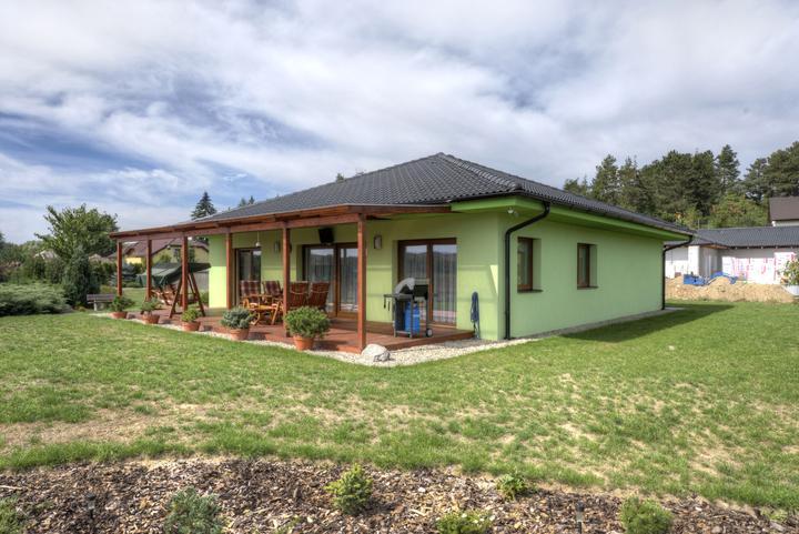 Dvojgeneračný bungalov svojpomocne za šesť mesiacov - Prízemný bungalov je prepojený s priestorom záhrady