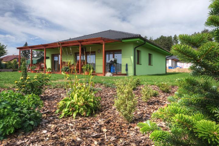 Dvojgeneračný bungalov svojpomocne za šesť mesiacov - Výhľad do záhrady a pokojného okolia