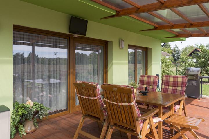 Dvojgeneračný bungalov svojpomocne za šesť mesiacov - Terasa je tiež bezbariérovo prístupná