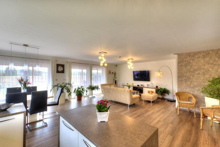 Dvojgeneračný bungalov svojpomocne za šesť mesiacov - Interiér obývacej izby a kuchyne je priestranný a svetlý