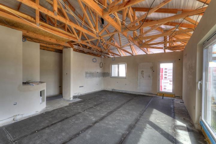 Dvojgeneračný bungalov svojpomocne za šesť mesiacov - Susedný dom stavia syn majiteľky podľa zhodného projektu