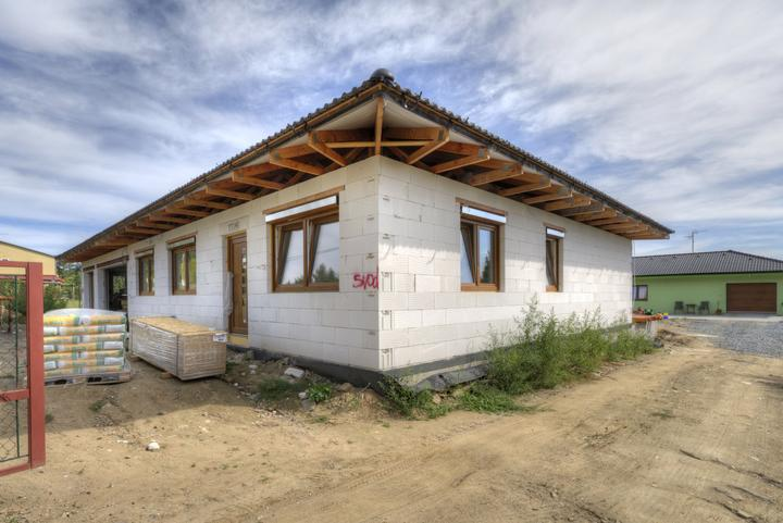 Dvojgeneračný bungalov svojpomocne za šesť mesiacov - Dve generácie v susednom dome, tretí vo vedľajšom dome
