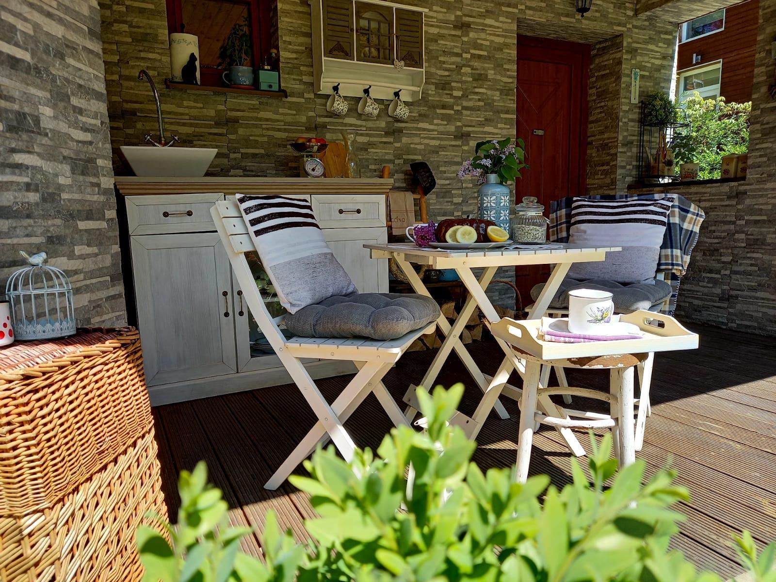 Môj malý kúsok raja😊 - Mini záhradná kuchynka. V lete chládok v spoločnosti mätovo-medovkovej limonády🥤, na jeseň zase príjemné závetrie s horúcou čokoládou☕
