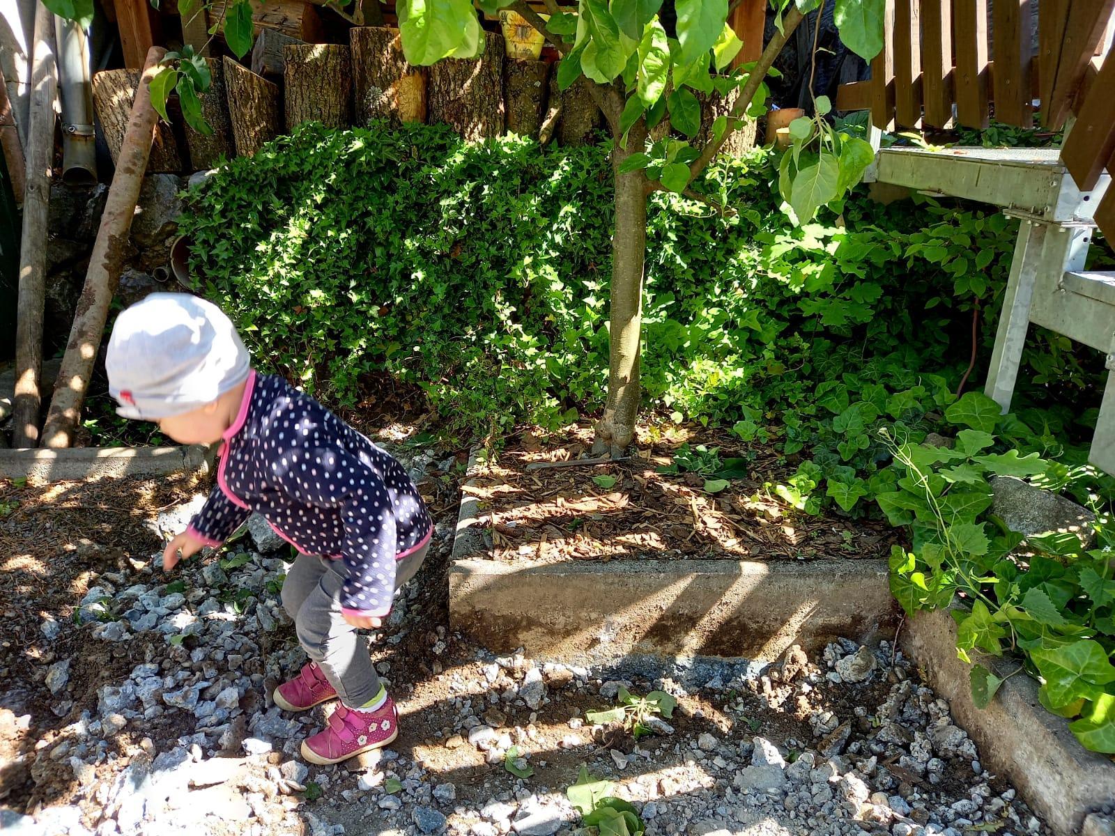 Môj malý kúsok raja😊 - Malá brigáda...zväčšujeme jablonke priestor. Najmladší člen usilovne pomáha😍