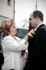 Maminka si upravuje ženicha :)