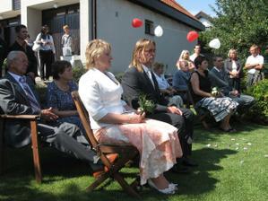 Takhle si sedeli rodice a prarodice.. Sice to nevypada, ale za cely den jsme napocitali 60 lidi, vsem dekujeme!