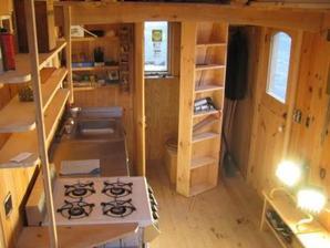 zde dokonce pohyblivá dveřo-knihovna