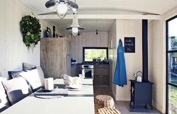 a druhá strana s kuchyní a koupelnou