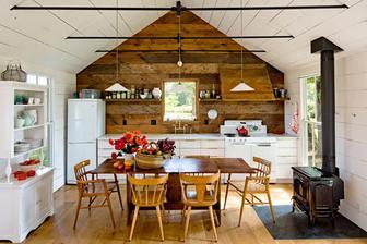 praktická kuchyňská část - dlouhá linka, kamna, kredenc a velký (multifunkční) stůl
