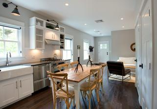 pohled na hlavní vchod z druhého konce kuchyňo-obýváku...