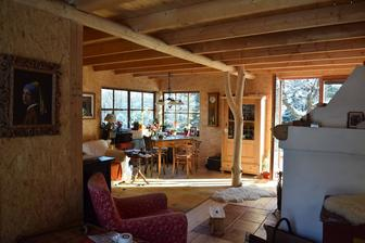 Milujeme i interiér Pelíšků. Už předtím jsme věděli, že chceme trámový strop a prkennou podlahu, ale zde nám učarovaly stěny z osb desek. Chceme to taky :-).