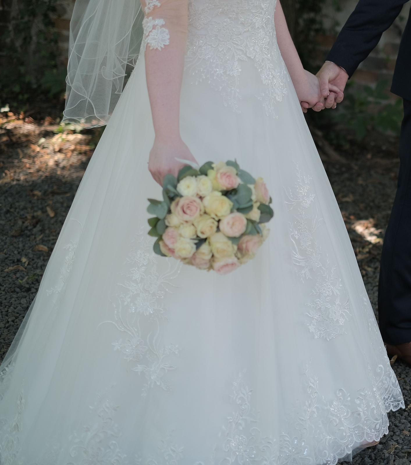 Krásné ivory svatební šaty 42/44 s korzetem a krajkou - Obrázek č. 1
