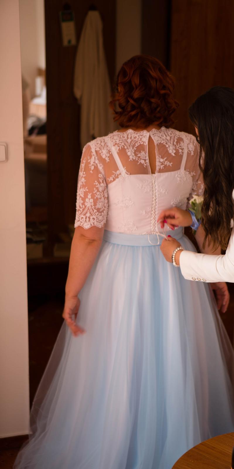 Svatební šaty s krajkovým korzetem a světle modrou tylovou sukní - Obrázek č. 1