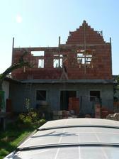 Stavební firma maká jak šroub, denně 6-7 dělníků na stavbě. Za necelý měsíc vše shodili, vybrali, otloukli, rozebrali a postavili celou přístavbu.