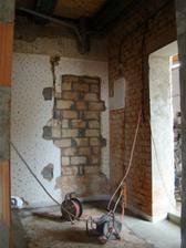 pohled na hlavní vchod a předsíň. Původní zazděné dveře od spodního wc.