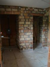 Pohled do dolní koupelny ode dveří - nalevo místo pro zděný sprchový kout, v pravo posuvnými dveřmi oddělené wc.