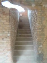 Nové schodiště do patra - místo 100 let starého točitého schodiště.