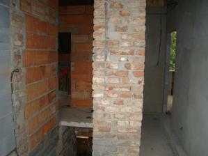 Pohled z vrchu schodiště na chodbičku v patře. Bohužel sloup je nesoucí prvek, tudíš musí být hodně široký.