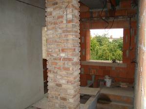 Pohled na konec schodiště. Napravo od okna šatna a nalevo hostinský pokoj.