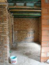 Pohled z větší dálky. Hned nalevo jsou schody do patra.