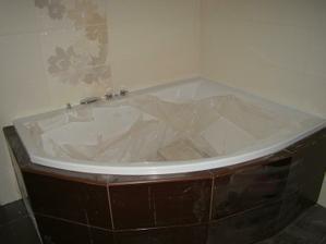 """Dolní """"velká"""" koupelna - vana tandem od polysanu - je to vše špinavé, ale dole na vaně druhá řada dlaždic z prava je taky dekor"""