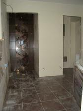pohled od vchodu do koupelny - sprcháč a wc