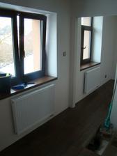 galerie - konec schodiště a okno v šatně