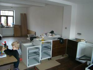 Pohled na kuchyň, za ní bude jídelna a obývací kout.