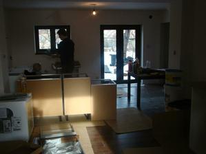 Pohled z obýváku na kuchyň.
