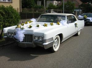 """dárek od ženicha pro nevěstu:)) o ničem nevěděla až v den""""D""""když přijela od kadeřnice stálo před domem jejich rodičů tohle auto :-)) KADYLAK. No není to krása?!:)"""