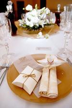 prestrené - darček pre hostí a živá orchidejka ako hlavný kvietok