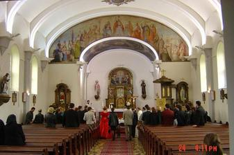 v kostole počas obradu