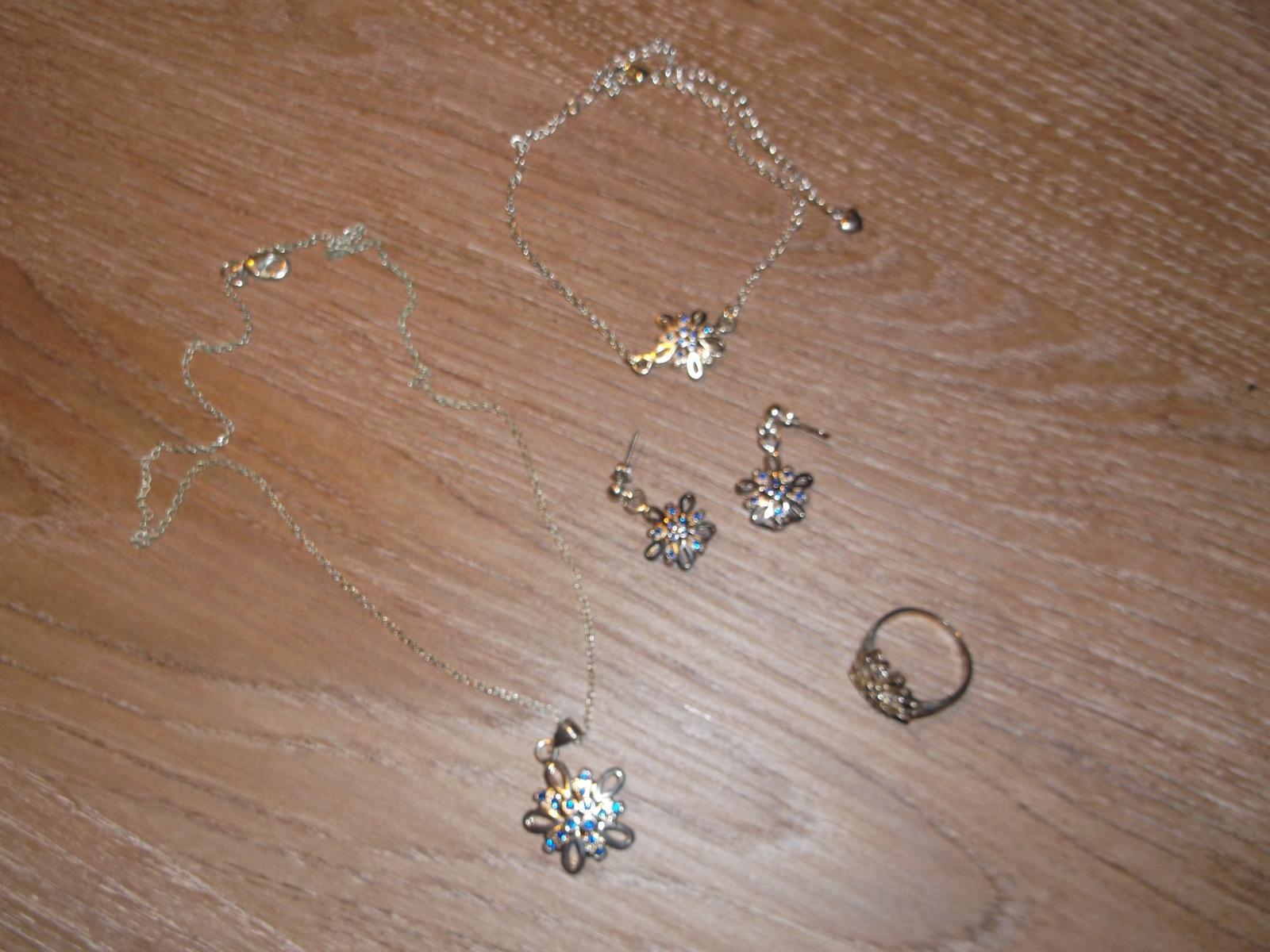 Náhrdelník, náramok, prsteň a náušnice - Obrázok č. 1
