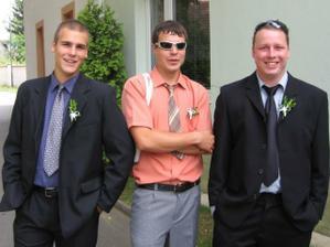 Můj bratr (vpravo) a moji bratranci...fešáci :-)