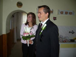 Miláček mě poprvé vidí jako nevěstu a nese mi kytičku