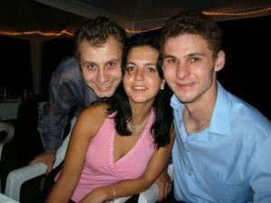 Naše nerozlučná trojka...Markétka s Jirkem (vlevo) nás třeba taky brzo pozvou na svatbu :-)