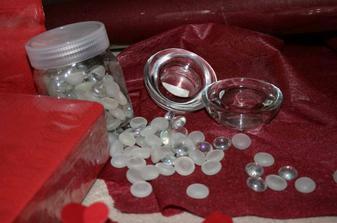 ozdobné kamínky a svícínky na stůl jako dekorace