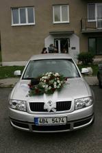 naše společné autíčko....vůbec jsem ho neviděla zepředu, až na fotce, kytičku jsem dělala já a mé dvě úžasné pomocnice....
