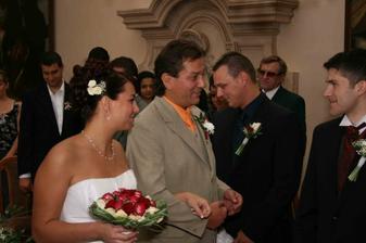 dojatý tatínek předává dceru, tatínek si na svatbě několkrát poplakal..jak říká jeho drahá přítelkyně, šklebil ostošest :-)